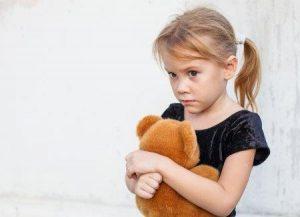 meisje dat angstig kijkt