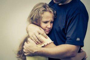 angstige dochter die getroost wordt