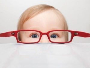meisje met grote bril op