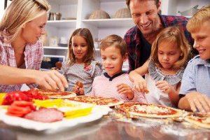 ouders met kinderen en vriendjes en vriendinnetjes hebben het gezellig